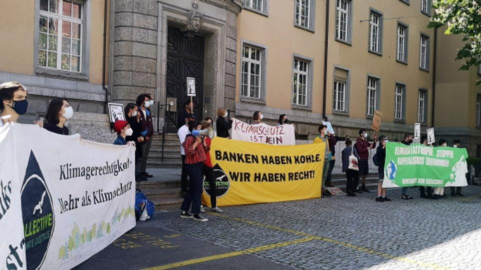 Protestierende setzten sich vor dem Gericht für einen Freispruch ein