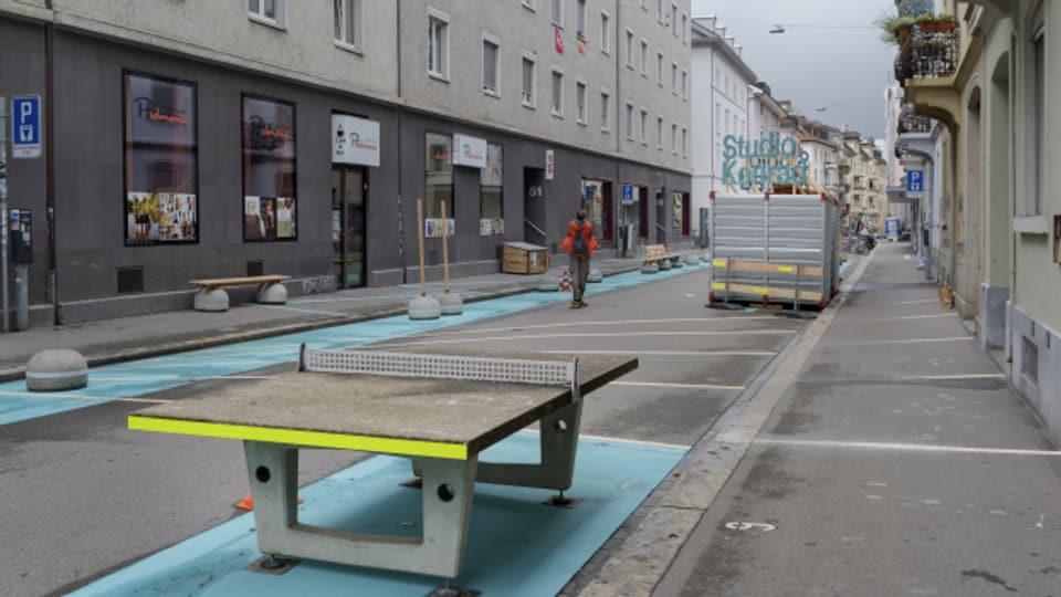 Tischtennis auf der Strasse: Eine autofreie Strasse in Zürich