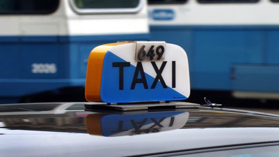 Warten immer noch auf Passagiere - die Taxis in der Stadt Zürich leider immer noch unter der Corona-Krise.