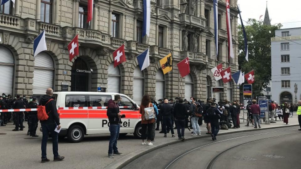 Die Polizei räumt eine Sitzblockade von Klimaaktivisten am Zürcher Paradeplatz.