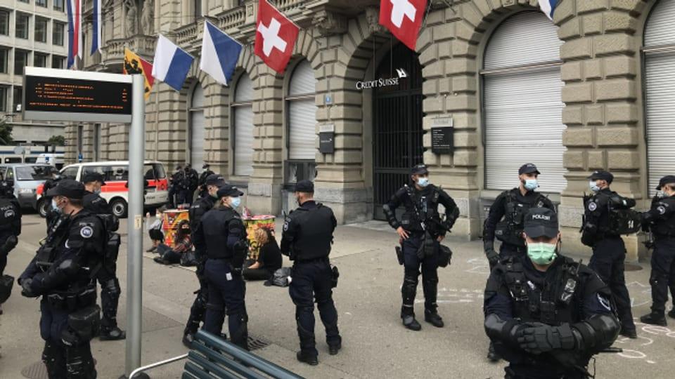 Nach einem Klima-Protest nimmt die Polizei 30 Aktivisten vorübergehend fest.