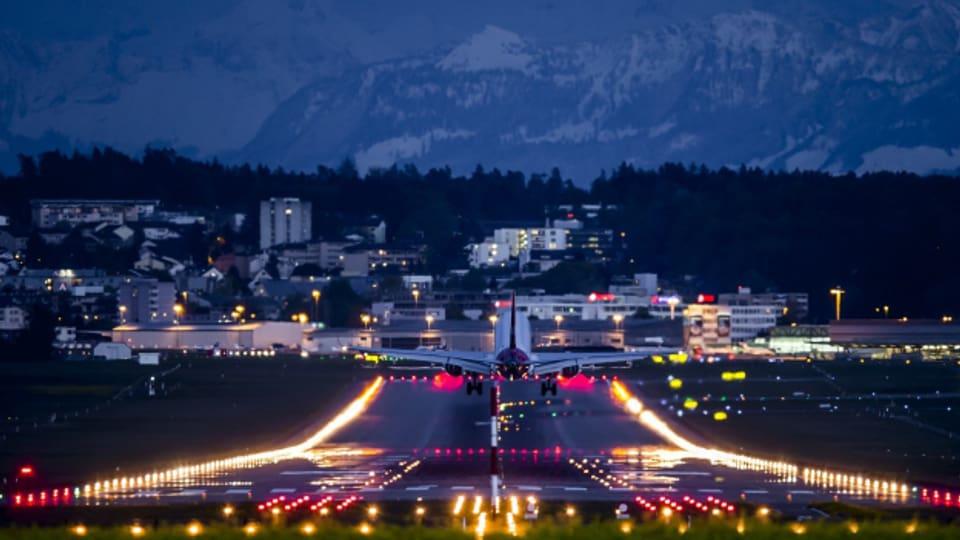 Flugzeugstart am Abend