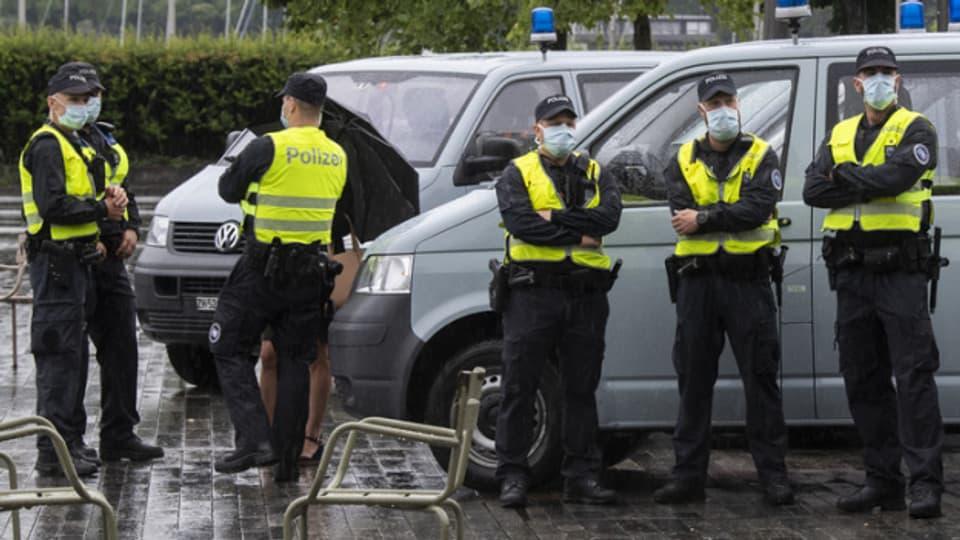 Symbolbild: Die Polizei zeigt bei Demonstrationen gegen die Corona-Massnahmen Präsenz.