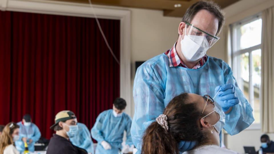 Studierende können sich an an Testzentren der Uni Zürich gratis testen lassen