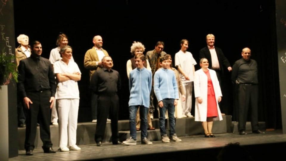 Gruppa da teater da Valendau suenter la premiera.