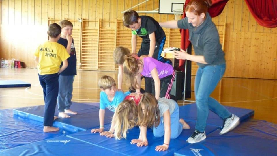 L'exercizi da far la piramida (cun la scolasta Claudia Flury).