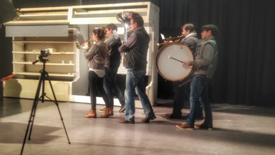 "La gruppa da musicists durant l'emprova dal toc ""Der Dorfladen"""