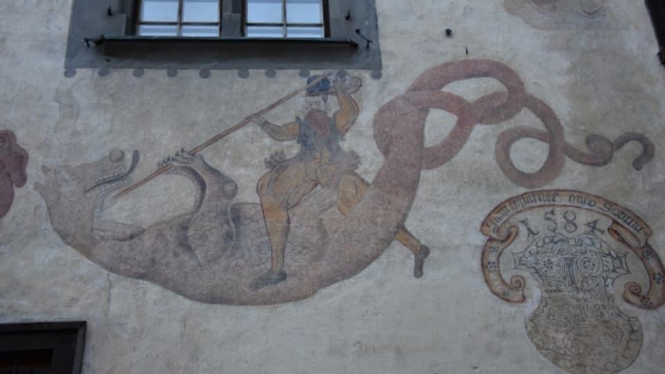 Il drag è spaventus, ma Son Gieri in cumpogn valurus. Fresco sin la chasa Tscharner a Giuvaulta.