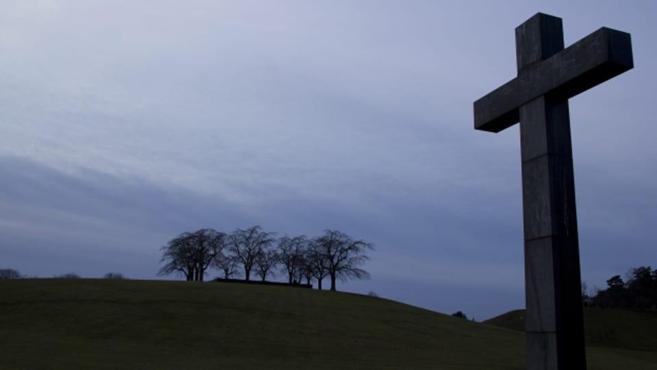 Venderdi sontg ans regurdain nus da la passiun e mort da Jesus Cristus vid la crusch.