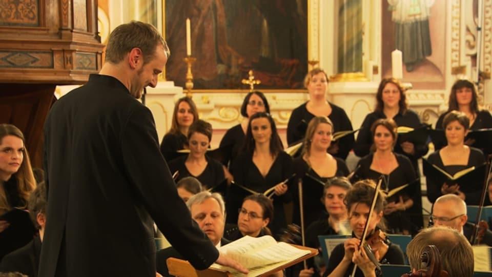 Clau Scherrer ed il chor cantus firmus (maletg d'archiv).