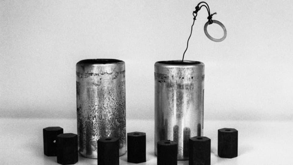 Projectils da gumma e petardas da gas lacrimogen. Fotografia fatga durant la stad 1980.