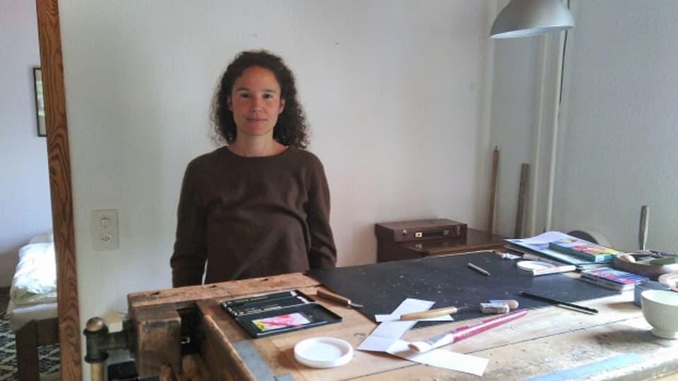 L'artista Fabrizia Famos en ses lavuratori.