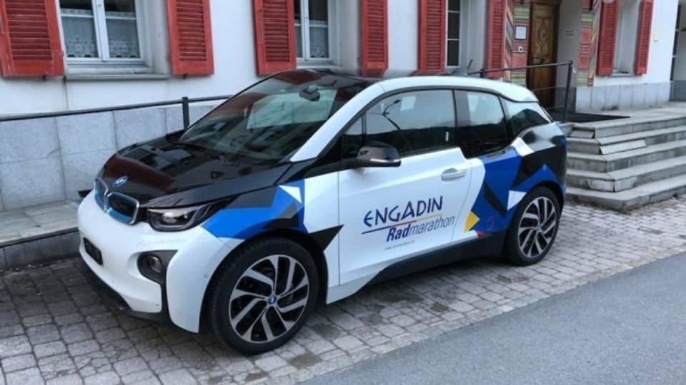 Il BMW i3 cul logo da la cursa «Engadin Radmarathon».
