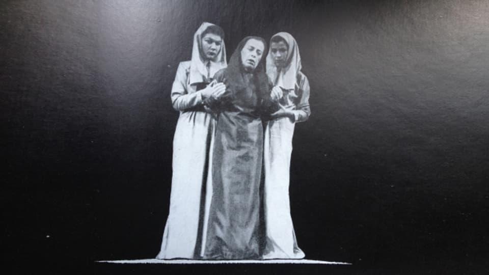 Helene Weigel (entamez) sco Antigone il 1948 a Curia. Fotografia ord la documentaziun «Antigonemodell 1948».