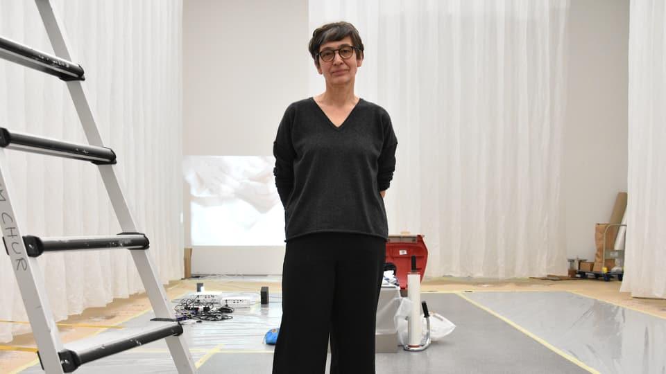 Evelina Cajacob en il Museum d'art dal Grischun.