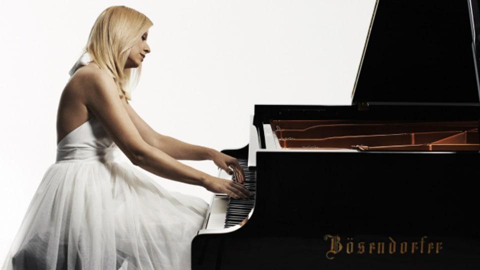L'enconuschenta pianista Valentina Lisitsa interpretescha Rachmaninov.
