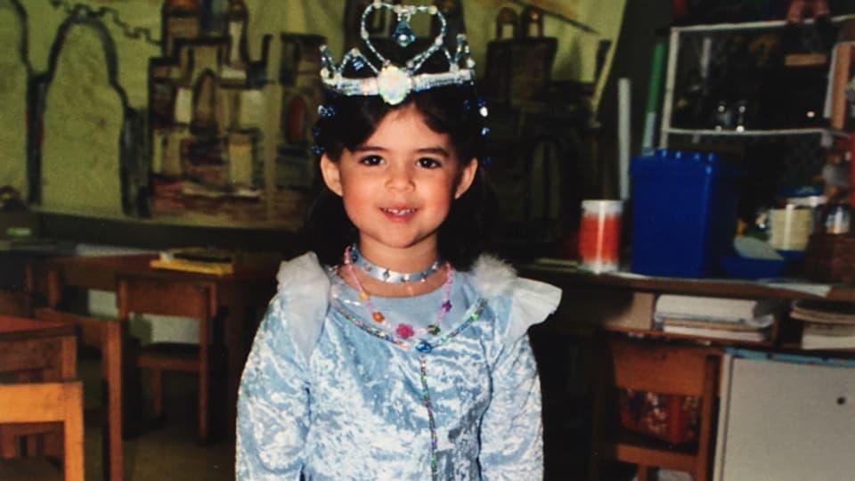 Liora Abergel sco uffant en costum da princessa