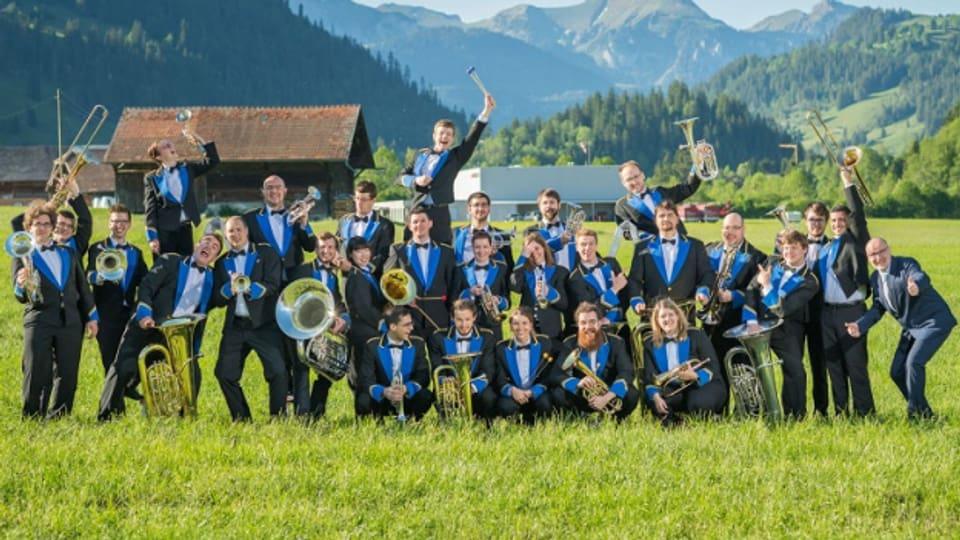 Brass Band Berner Oberland cun il dirigent Corsin Tuor