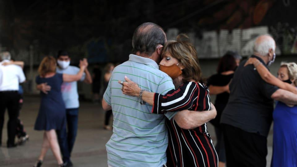 Plirs pèrs sautan tango