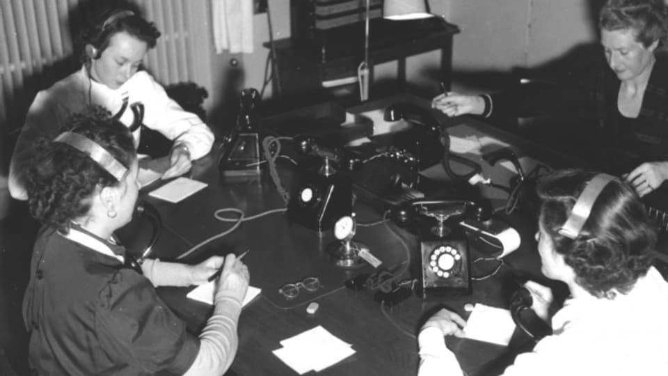 Telefonistas prendan encunter donaziuns, december 1951