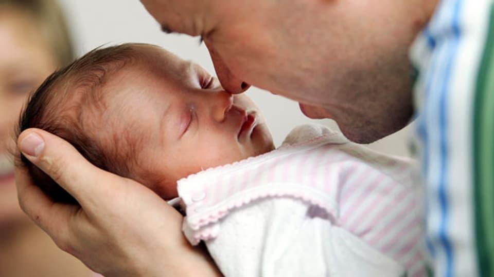 In der Schweiz haben Väter bei der Geburt eines Kindes laut Gesetz Anspruch auf nur einen Freitag