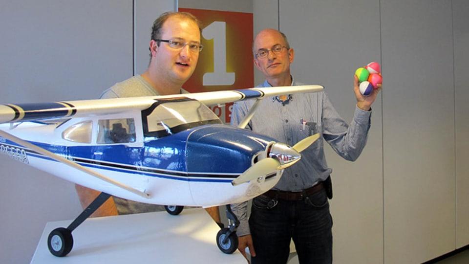 Die Hobbies vom Treffpunktteam: Moderator Michael Brunner (l.) lässt Modellflieger steigen, Produzent Jürg Oehninger hantiert mit Jonglierbällen.