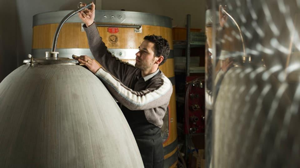Ein Beton-Behälter zur Weinlagerung als Alternative zu Stahltanks oder Holzfässern. Hier: Keller von Cru de l'Hopital, Môtier (FR).