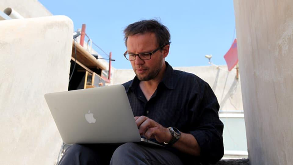 Im Einsatz: Kurt Pelda im Sommer 2012 auf einem Hausdach im syrischen Aleppo.