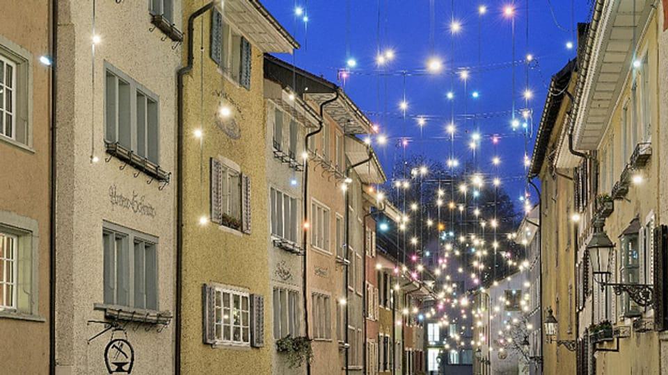 Blick in eine beleuchtete Gasse in der Siegerstadt Baden.