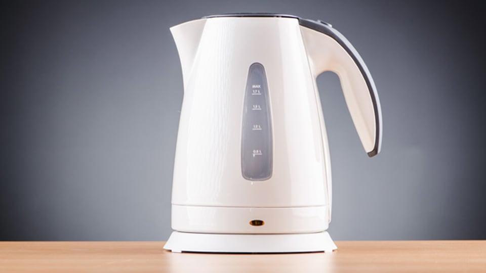 Stromsparen für Teetrinker: Wasser im Wasserkocher und nicht auf der Herdplatte aufkochen.