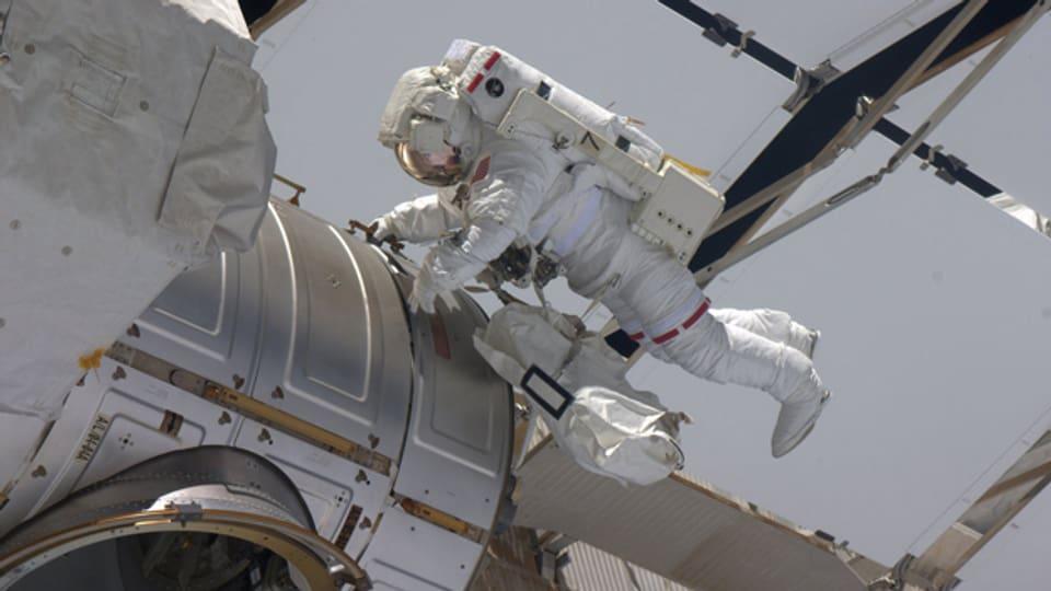 Astronaut Gregory Chamitoff macht sich auf den Weg zurück in die Kapsel.