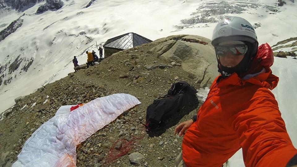 Chrigel Maurer ist mit seinem Schirm sicher oberhalb der Oberalletschhütte gelandet.