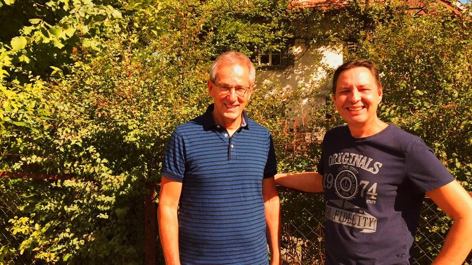 Emil Wallimann und Roli Simitz stehen vor dem Haus des «Tirlidokters»