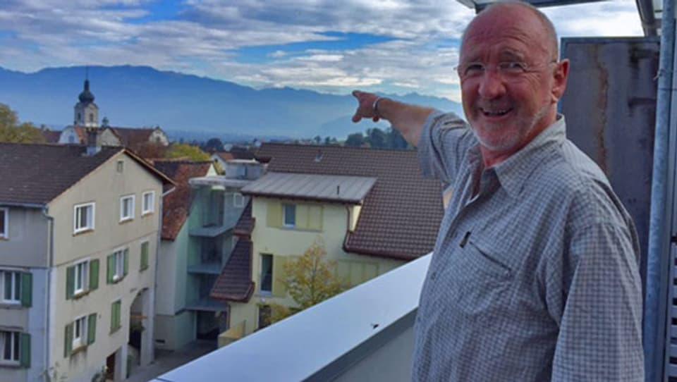 Jack Griss steht auf seiner Terrasse in Altstätten (SG) und zeigt, wo er ennet dem Rhein aufgewachsen ist. Im vorarlbergischen Götzis.