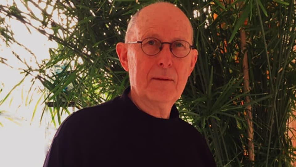 Ernst Staub schreibt seine Geschichten im Zug