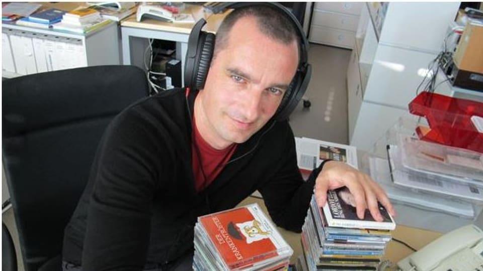 Satire-Redaktor Alexander Götz hat sich durch den Stapel mit Neuigkeiten gehört.