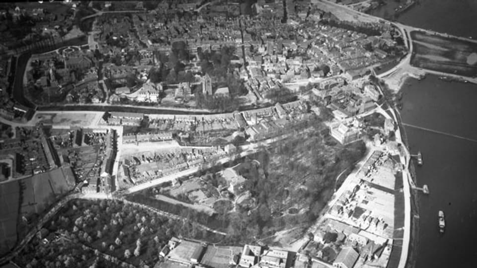Ein rätselhaftes Bild aus dem Bildarchiv der ETH-Bibliothek: Welche Stadt ist es?