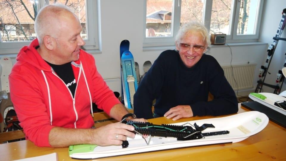 Sohn Peter und Vater Ulo Gertsch im Atelier in Thun im Gespräch.