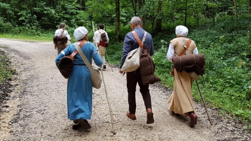 Die Pilgergruppe unterwegs vom Kloster Beinwil durch den Wald, hinauf zu der Hohen Winde.