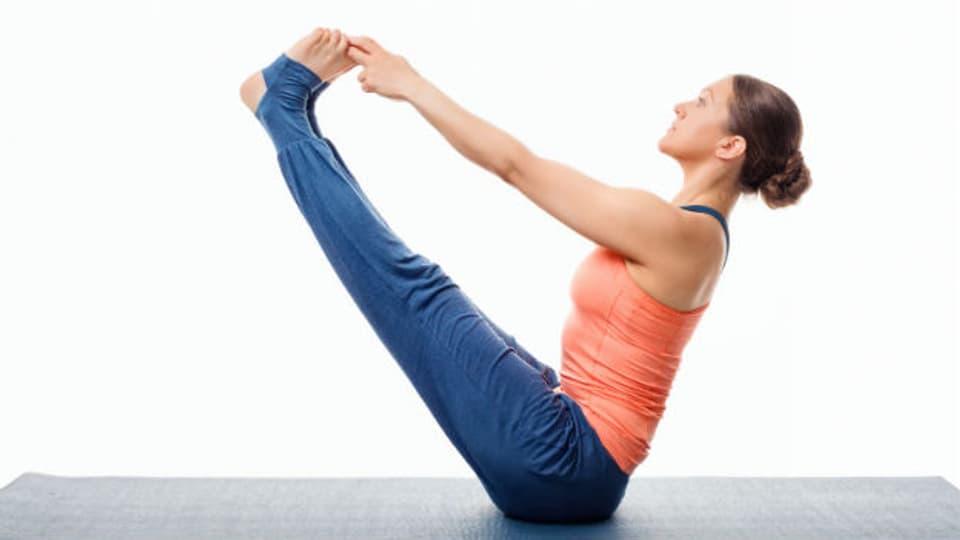 Dies ist eine Pilates-Übung für Fortgeschrittene. Anfänger beginnen mit präzisen, kleinen Bewegungen und der richtigen Atmung.