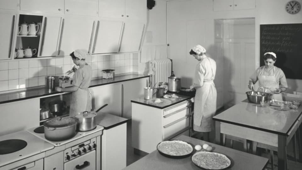 1955, Wähentag in der Schulküche des Schweizer Volksdienstes (SV) in der Villa Neumünsterallee in Zürich.
