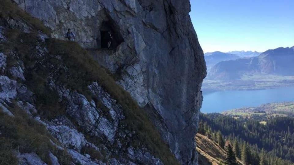 Schöne Schweiz: Der Einstieg zum Schafloch mit Blick auf den Thunersee.