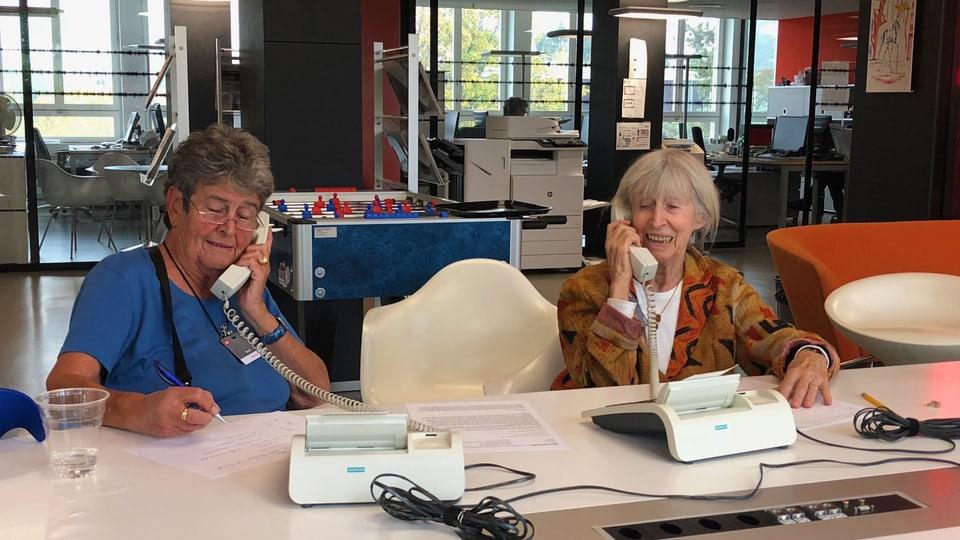 Genau wie damals: Die ehemaligen Telefonistinnen Marlies Stark und Klara Kaiser sitzen für die SRF 1-Hörerschaft am Telefon