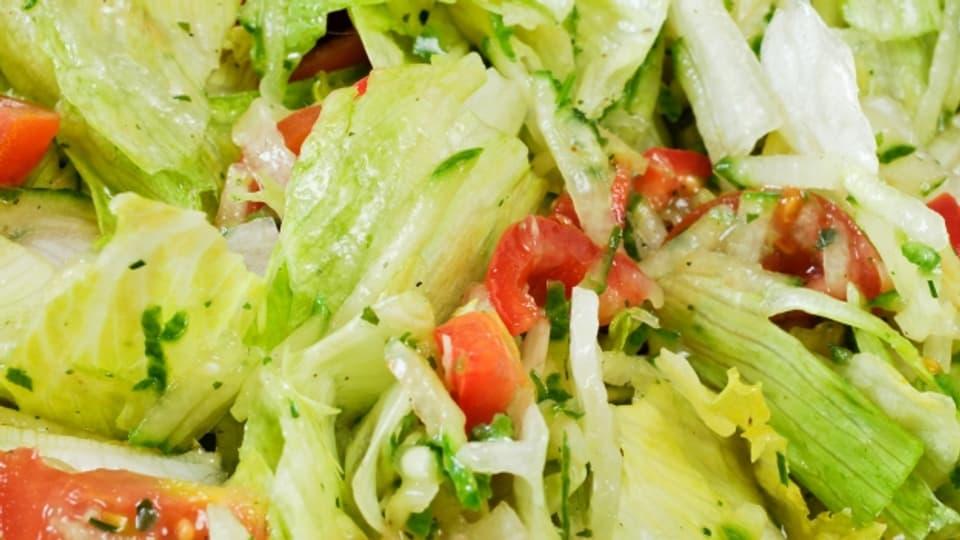 Frische Kräuter werten jede Salatsauce auf.