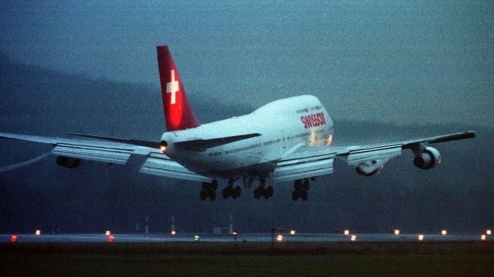 Die letzte Boeing 747 der Swissair setzt im Januar 2000 zur letzten Landung unter Schweizer Flagge an.