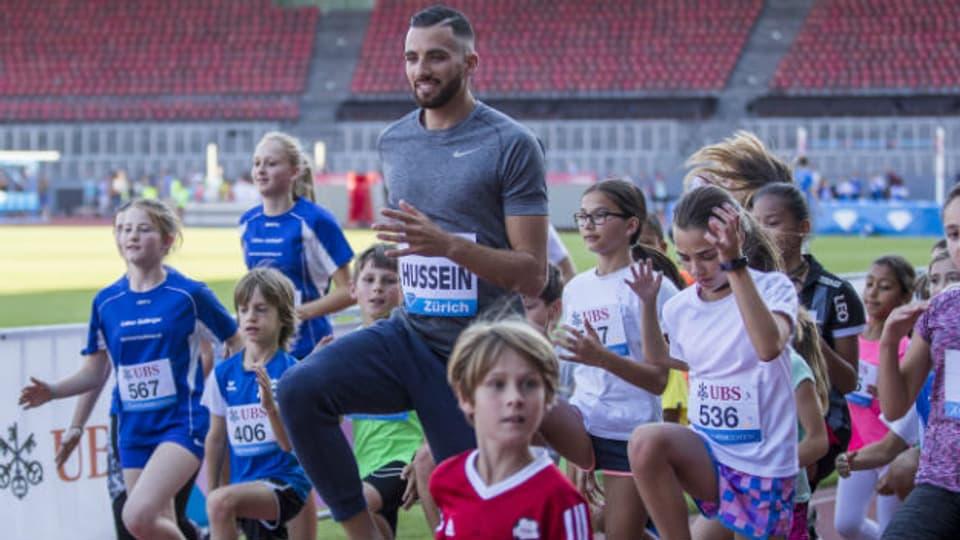 Das Lauf-ABC ist für alle, für gross und klein, für Anfänger und für Profis: Kariem Hussein trainiert im Vorfeld von «Weltklasse Zürich» 2017 mit Kindern.
