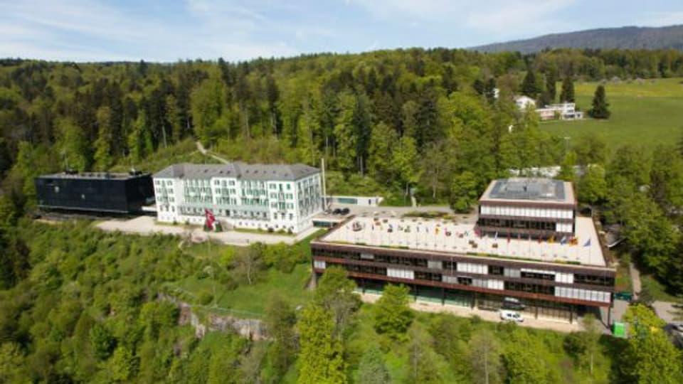 Im Grand Hotel (Mitte), dem Kurhaus aus dem Jahr 1877, bezog die Sportschule im 1944 die ersten Zimmer. Später kamen das Schulgebäude (1970, rechts) und das Restaurant Bellavista (2003, links) dazu.