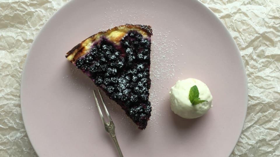 Schmeckt mit selbstgesuchten Beeren besonders gut - Heidelbeerkuchen mit Vanilleglacé.