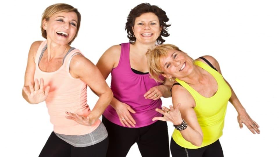 Drei Frauen tanzen ausgelassen