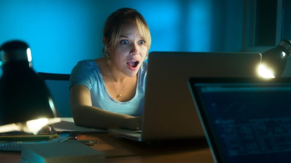 Eine junge Frau scheint entsetzt darüber, was sie in den sozialen Medien über sich lesen muss.